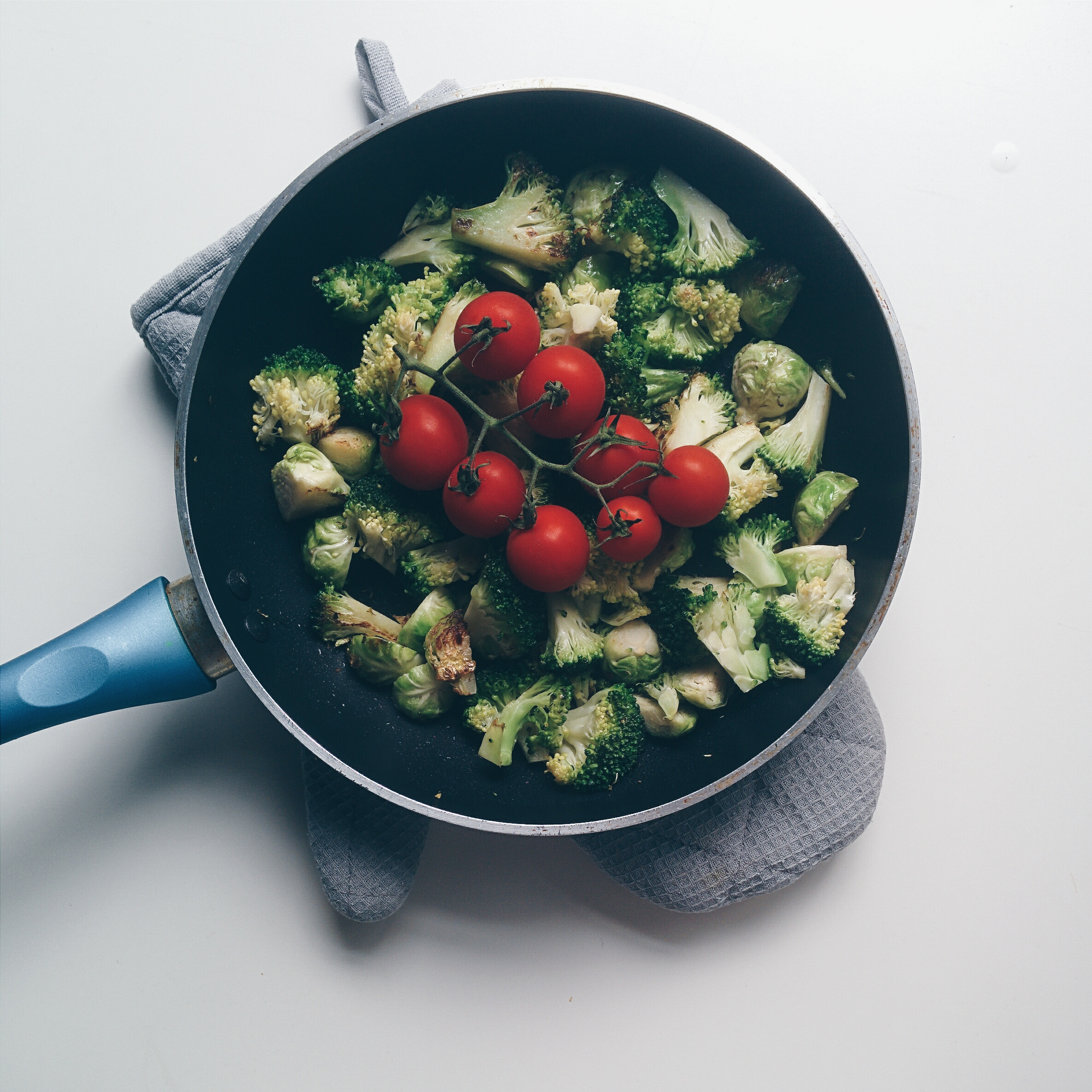 Pan with broccoli, brussel sprouts and tomatoes
